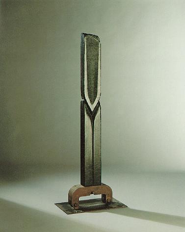 """""""Die aufrechte Form"""", Diabas, Eisen, 1989, 175 x 40 cm"""