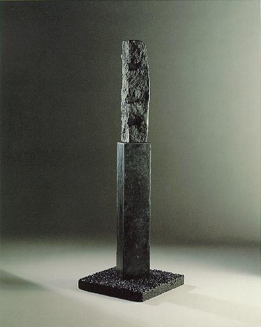"""Widerspruch"", Diabas auf Betonsockel, 1990, 142 x 40 cm"