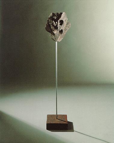 """""""Maske"""", Lava auf Eisenstange und Holzsockel, 1989, 140 x 30 cm"""